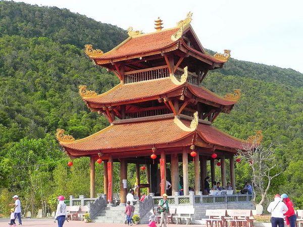 chua-ho-quoc-dia-diem-moi-hut-khach-du-lich-tai-phu-quoc-bazan-travel