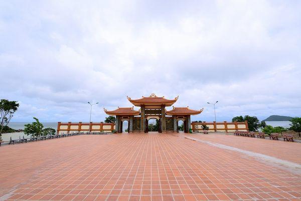 an-yen-tinh-tam-tai-ngoi-chua-dep-nhat-phu-quoc-bazan-travel