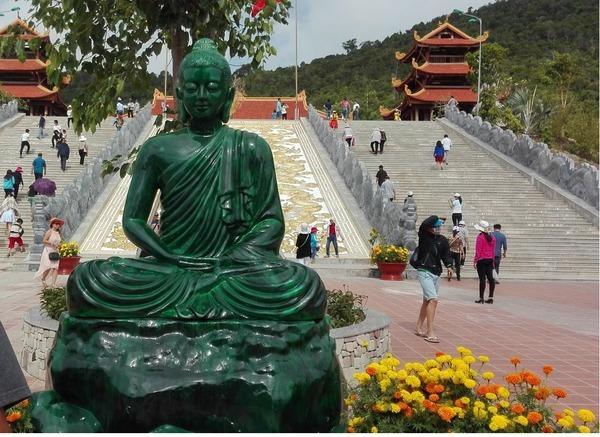 tuong-phat-bang-ngoc-tai-chua-ho-quoc-bazan-travel