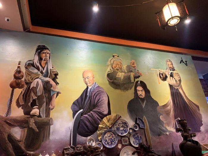 Không gian trang trí bằng các bức tranh nhân vật trong phim