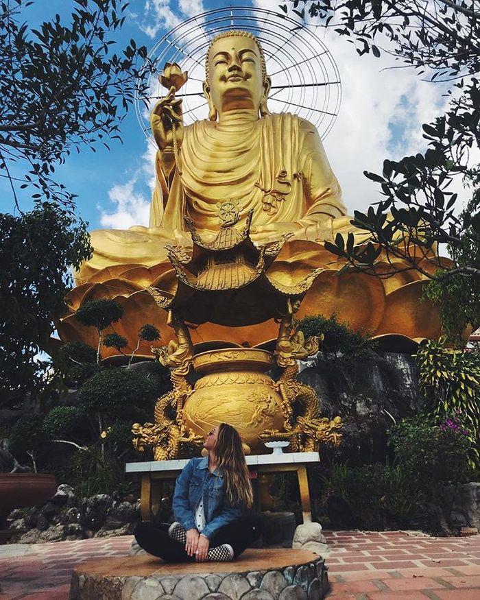 ngoi-chua-co-buc-tuong-phat-lon