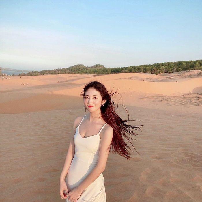 Đầm trắng nổi bật trên nền cát