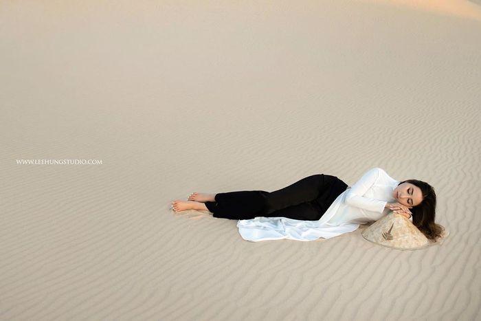 Đi đồi cát nên mặc đồ gì khác biệt? Chắc chắn là áo dài