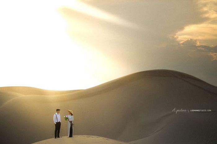Chụp ảnh áo dài ở đồi cát