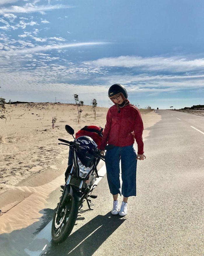 Chụp ảnh với xe máy ở đồi cát