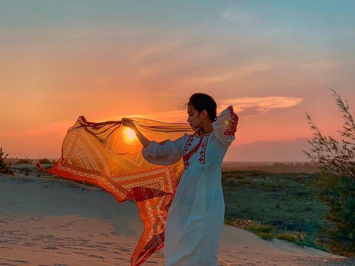 Bức ảnh đồi cát tuyệt đẹp với khăn choàng