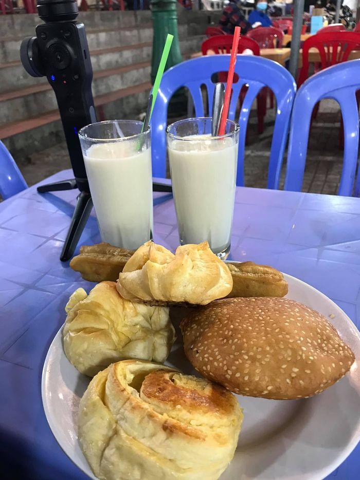 Sữa đậu nành và bánh ngọt
