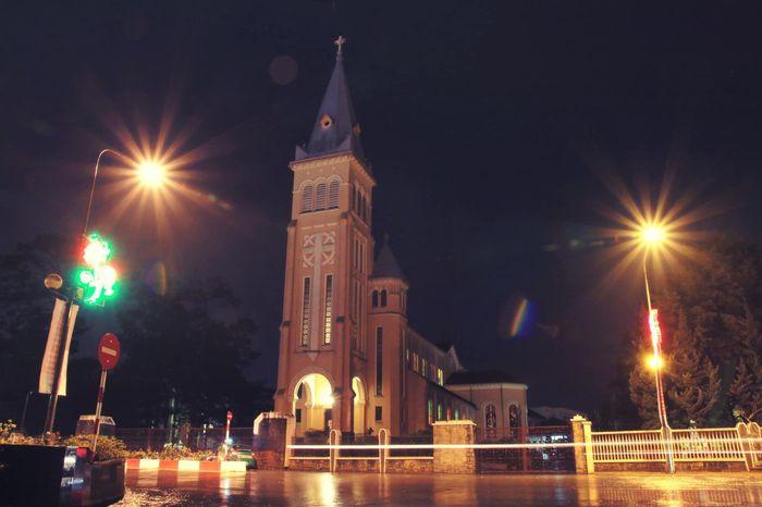 Ngắm đường phố tĩnh lặng trong mưa