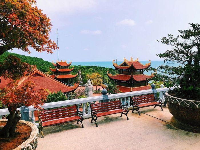 Một góc yên bình ở chùa Hồ Quốc Phú Quốc