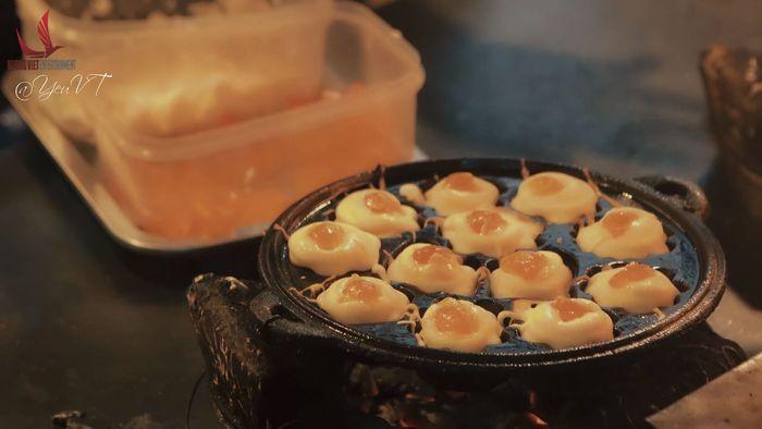 Bánh được nướng trên bếp thủ công