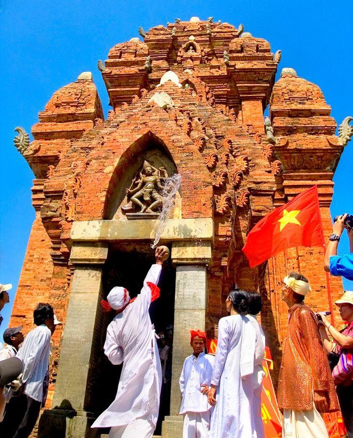 nhiều nghi thức truyền thống diễn ra ở lễ hội