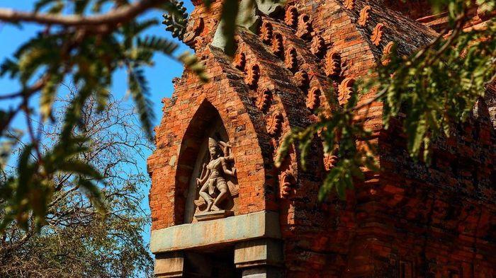 Tháp Po Klong Garai được xây dựng từ những vật liệu đặc biệt