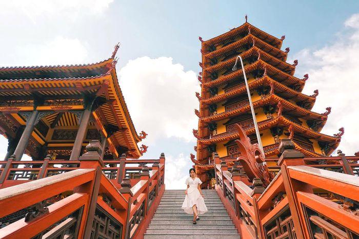 Check-in ảnh đẹp như cổ trang ở chùa Phật Ngọc Xá Lợi