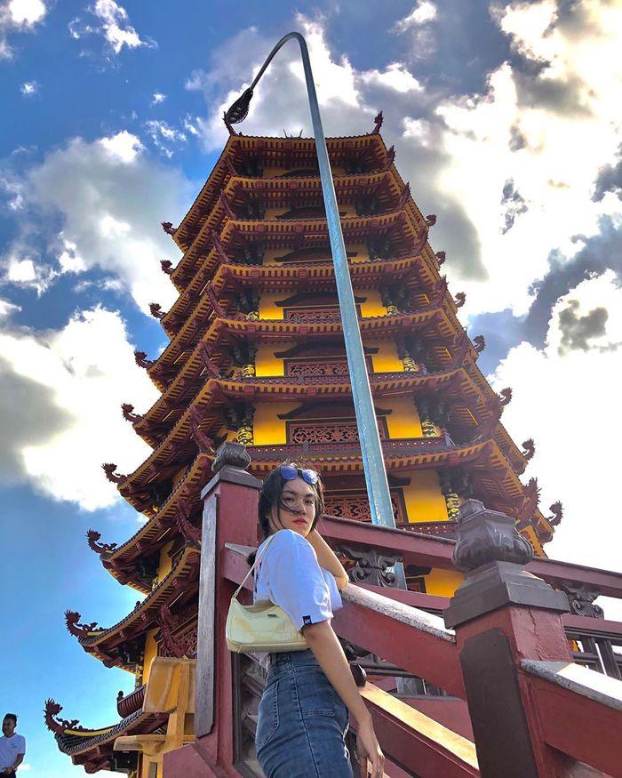 Du khách tham quan bảo tháp đều rất ấn tượng