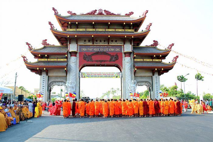 Cổng Tam Quan chùa Phật Ngọc Xá Lợi