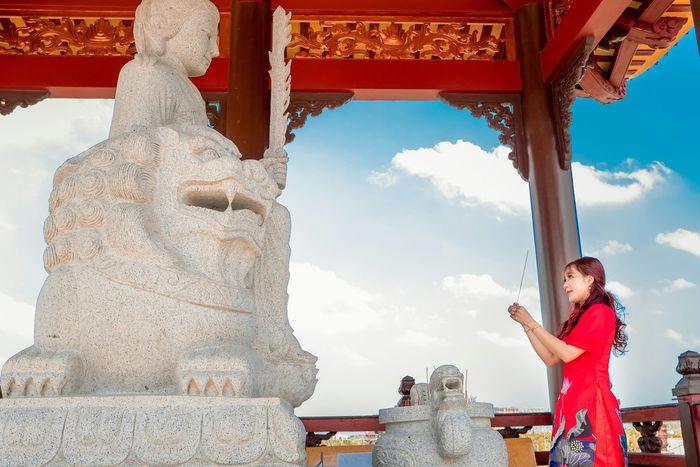 Du khách thắp nhang ở các tượng Phật