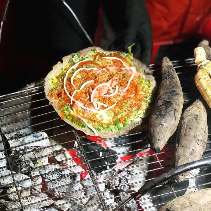 Bánh tráng nướng bán nhiều vào buổi đêm Đà Lạt