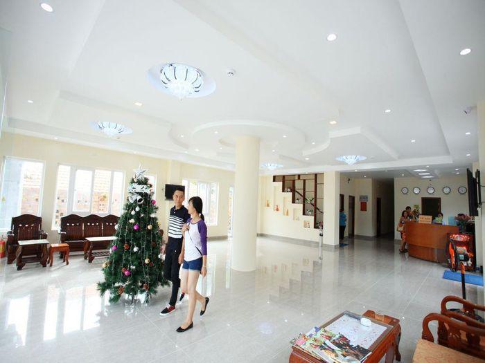 Khách Sạn Sun & Sea với khu lễ tân sang trọng