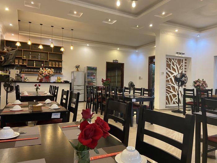 Không gian nhà hàng rộng rãi và hiện đại