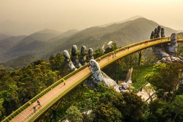 Cầu Vàng Bà Nà Hills là một công trình kiến trúc nổi tiếng trong lẫn ngoài nước
