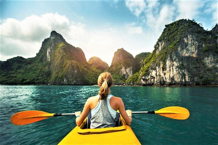 Chèo thuyền check-in trên vịnh Hạ Long