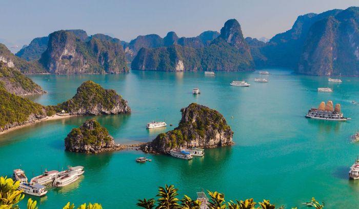 Toàn cảnh vịnh Hạ Long nhìn từ trên cao
