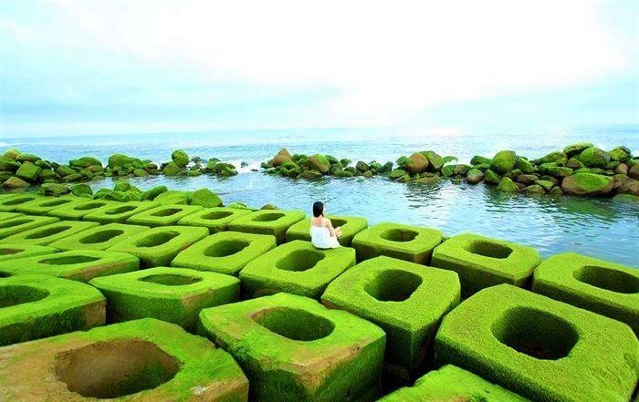 Bạn trẻ check-in tại kè chắn sóng Xóm Rớ, Tuy Hòa, Phú Yên