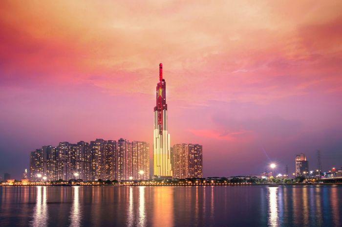 Landmark 81 tầng sáng rực trong đêm Sài Gòn