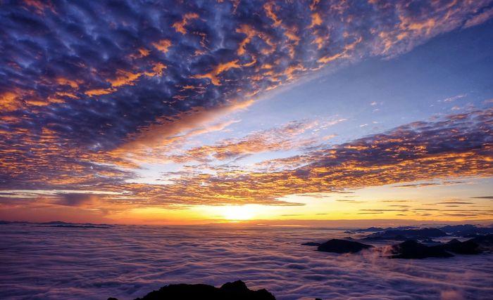 Thời khắc quả cầu lửa ló dạng sau màn mây