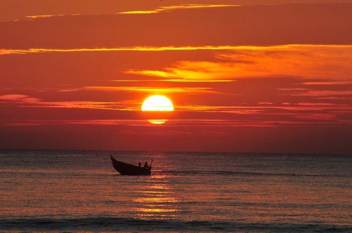 Bãi biển Xuân Thiều còn được gọi là Biển Đỏ vì cảnh hoàng hôn đỏ quyến rũ này