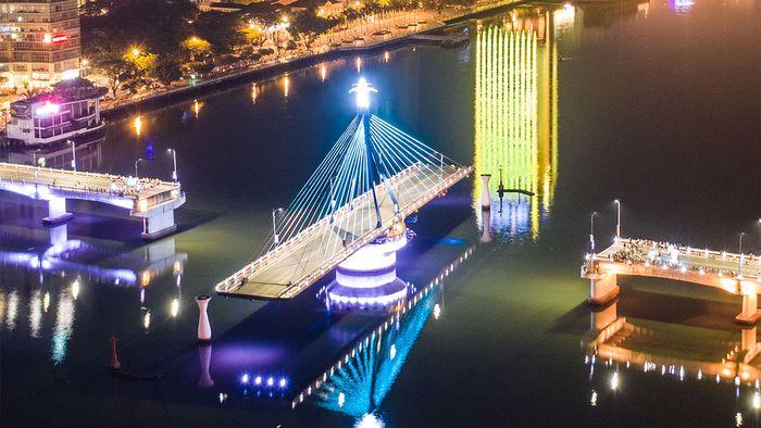 Cầu quay Đà Nẵng có thể quay 90 độ theo trục chính để mở đường cho tàu bè qua lại.