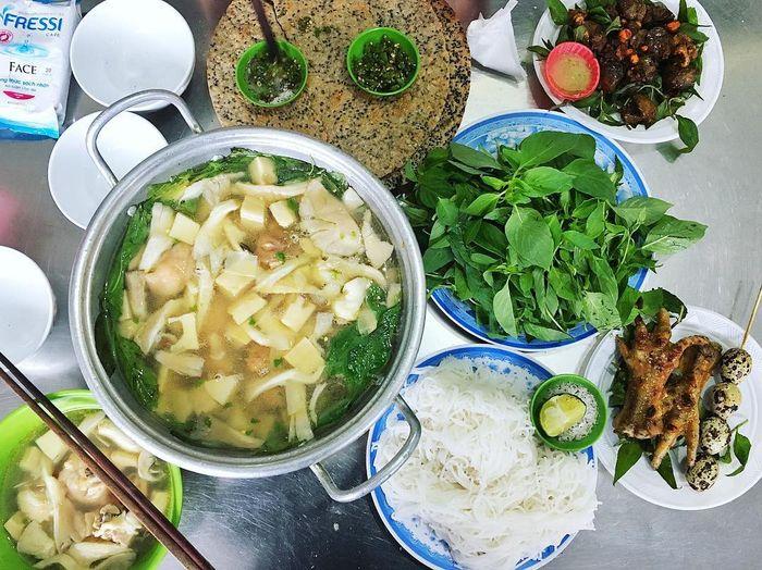Lẩu gà lá é chill out mùa mưa ở Đà Lạt