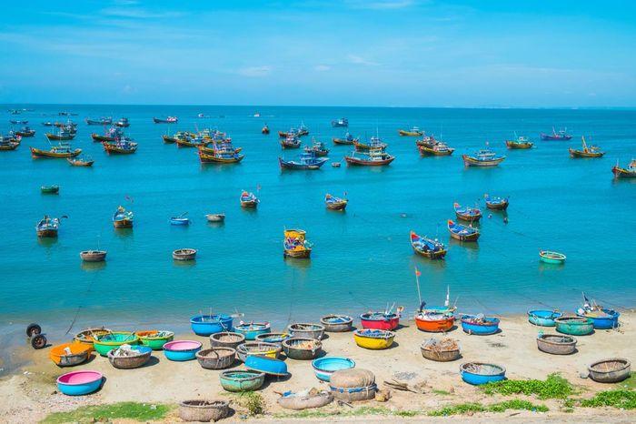 Bãi biển ở Mũi Né hấp dẫn du khách bởi những con thuyền im lìm bến đậu