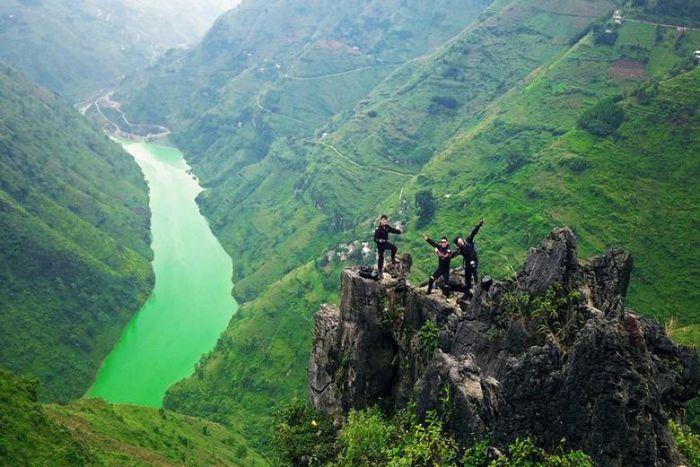 Đứng trên đỉnh cao nguyên đá Đồng Văn ngắm dòng sông Nho Quế
