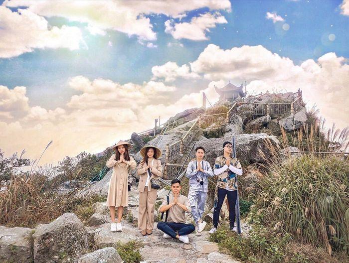 Nhóm bạn trẻ chinh phục đỉnh núi Yên Tử