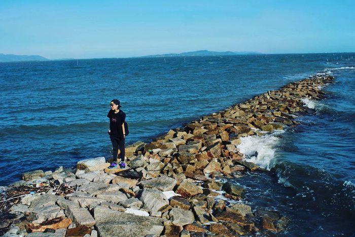 Check-in cool ngầu tại con đường đá dẫn ra biển