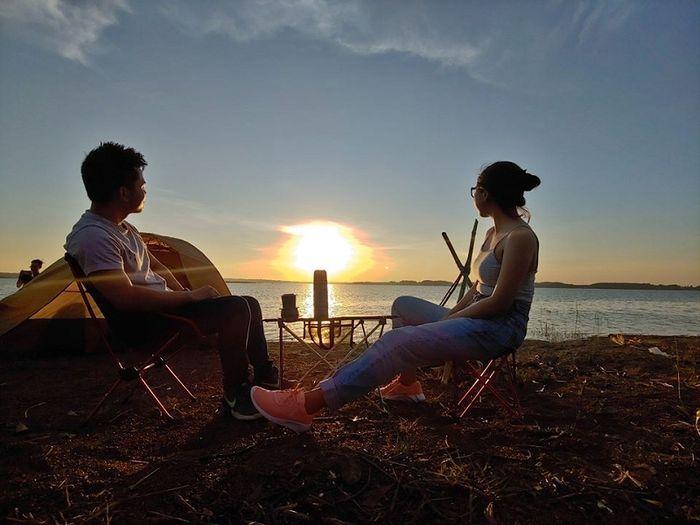 Trải nghiệm cắm trại, ngắm hoàng hôn trên hồ