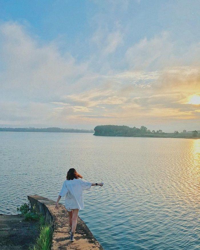 Đón bình minh trên hồ Trị An